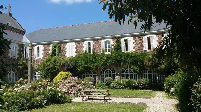 Le jardin et une partie des chambres du CHRS.